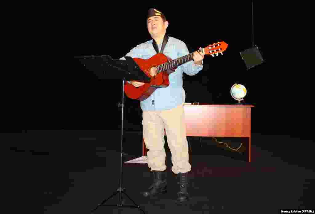 Постановку Сафуан Рысбайулы завершил исполнением песни на французском языке Fly mon âme.