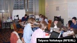 Aktivistët e organizatës Greenpeace në një hotel në Shën Petersburg të Rusisë në pritje të largimit nga Rusia