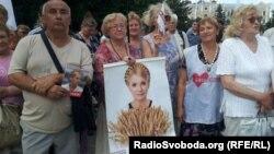 Прихильники Тимошенко під судом під час попередньої спроби провести провести засідання у справі ЄЕСУ, Харків, 7 червня 2013 року