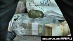 Ավազակային հարձակում գործելու մեջ կասկածվողից առգրավված գումարը և նռնակը, Երևան, 3-ը մայիսի, 2018 թ․