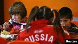 Дондағы Ростов қаласындағы жетімдер балалар үйінде тамақ ішіп отыр. Ресей, 19 желтоқсан 2012 жыл.