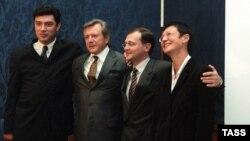 Сергей Кириенко (второй справа), Борис Немцов, Константин Титов, Ирина Хакамада - Союз Правых сил, 1999 год (архивное фото)
