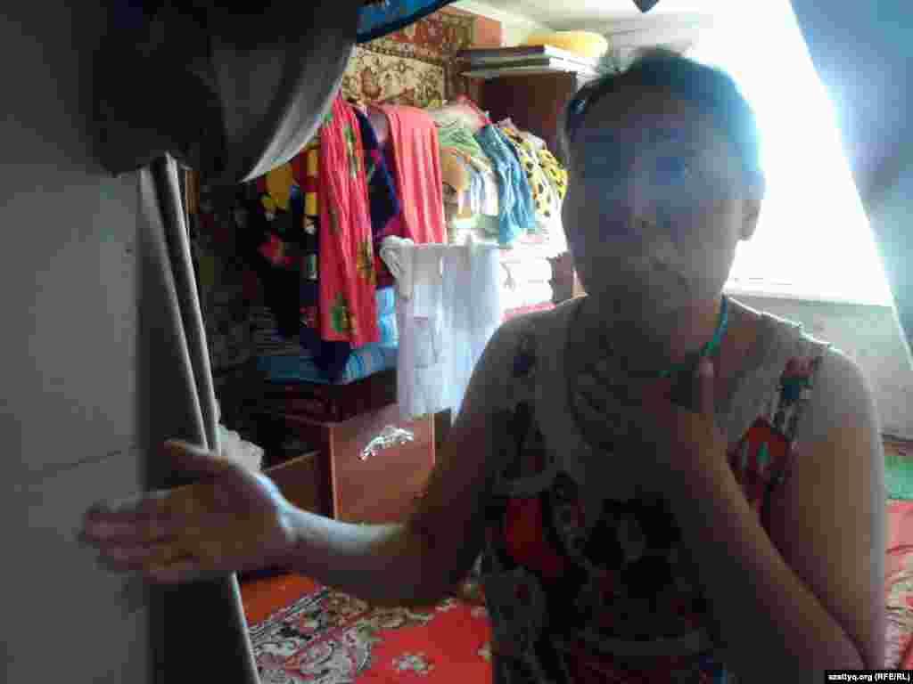 По словам Торгын Туяковой, она не может получить социальное пособие на детей, потому что по документам их место жительства - село. Городские власти требуют регистрацию, власти на селе отказывают в выдаче пособий, так как семья живет в городе, расссказывает женщина.