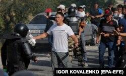 Атамбаевтың жақтастары арнайы жасақпен қақтығысқан сәт. 8 тамыз 2019 жыл.
