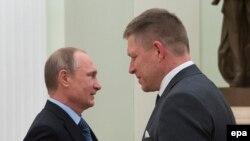 Прем'єр-міністр Словаччини Роберт Фіцо (П) і президент Росії Володимир Путін
