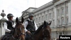 Policija ispred Bakingemske palate, London, arhivska fotografija