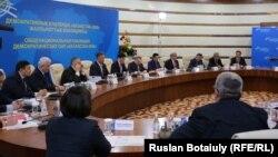 """""""Қазақстан-2050"""" демократиялық күштердің жалпыұлттық коалициясы кезектен тыс президенттік сайлау бастамасын талқылап отыр. Астана, 17 ақпан 2015 жыл."""