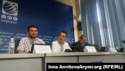 Учасники прес-конференції, зліва направо: Алім Алієв, колишній в'язень, кримчанин, блогер Юрій Ільченко, Рефат Чубаров. 17.08.2016 року