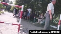 Очереди на улице из желающих подать документы на получение российского паспорта