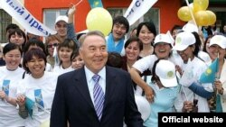 """Президент Нұрсұлтан Назарбаев """"Нұр Отан"""" партиясының аймақтық кеңсесінің ашылуында. Өскемен, 15 маусым 2007 ж."""