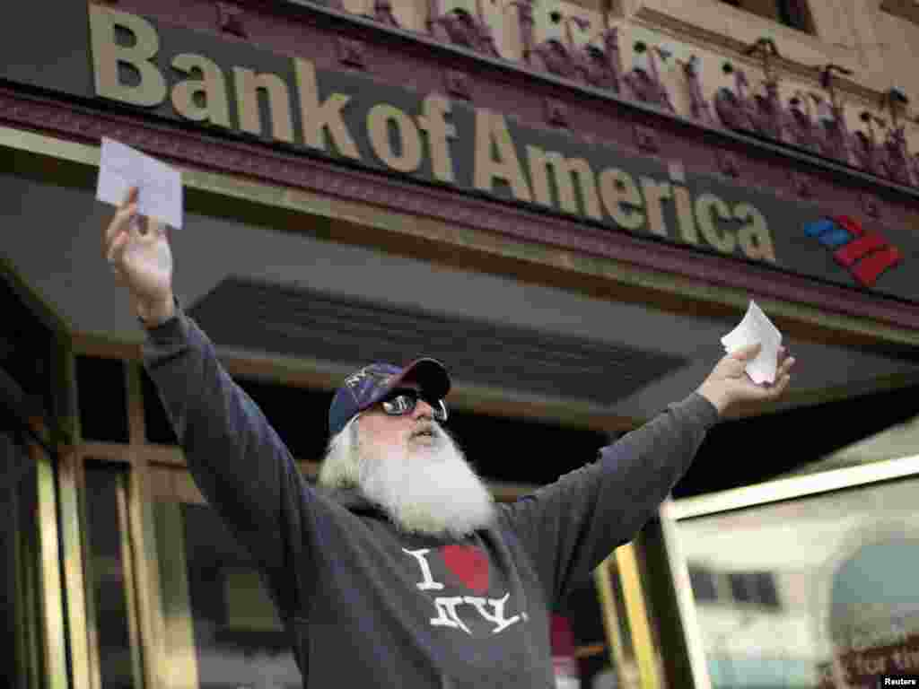 Mike Oren, 57, of Los Angeles tries to persuade customers to switch from Bank of America to credit unions at an Occupy LA protest in Los Angeles. (Photo for Reuters by Lucy Nicholson)