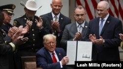 Дональд Трамп полиция реформасы турында фәрман имзалаганан соң