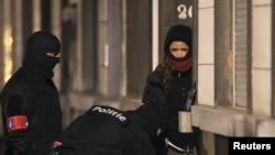 Працівники бельгійської поліції під час однієї з попередніх спецоперацій проти підозрюваних у нападах, фото 25 березня 2016 року
