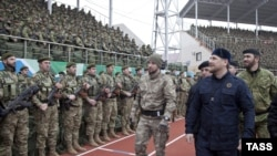 Ramzan Kadyrov əsgərlər önündə, arxiv fotosu