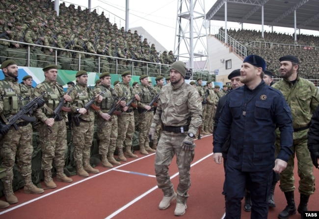Нынешний руководитель Чечни Рамзан Кадыров (на переднем плане).  Грозный, 28 декабря 2014