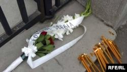 Sveće i cveće ispred Ambasade Francuske u Beogradu