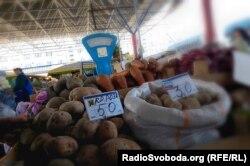 Російська та кримська картопля на ринку в Сімферополі