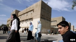 طالبات وطلاب أمام مباني الجامعة التكنولوجية في بغداد