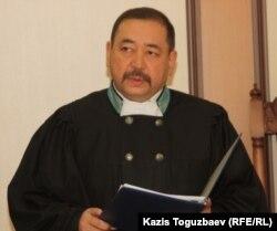 Судья Специализированного межрайонного суда по уголовным делам города Алматы Ахметгали Мулдагалиев оглашает приговор по делу об убийстве кыргызского журналиста Геннадия Павлюка. Алматы, 11 октября 2011 года.