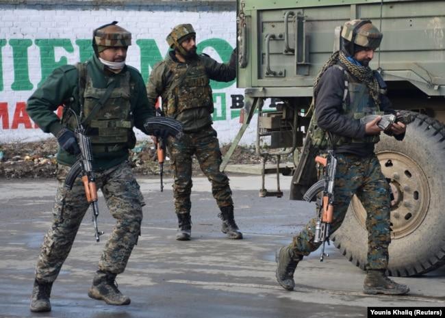 Кашмирде атыс болған аймақта жүрген үндістандық әскерилер. 18 ақпан 2019 жыл.