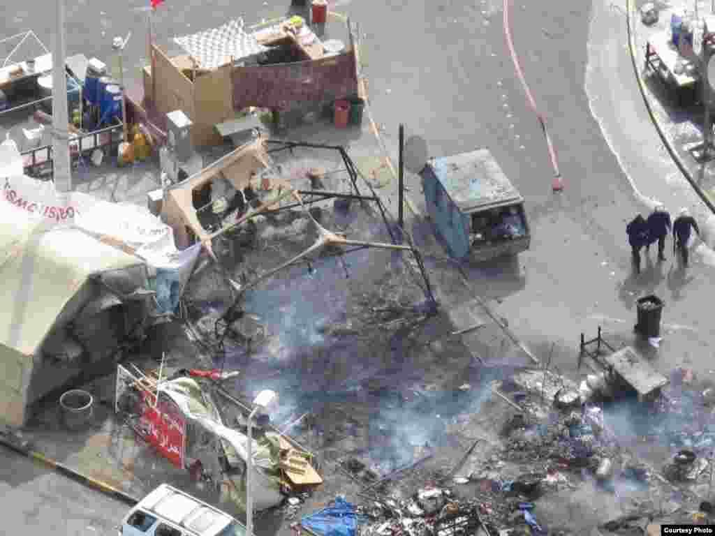 """Бермет аянтындагы окуялар. Ишкер Ник """"Азаттыкка"""" жиберген сүрөттөрдөн. Манама ш., Бахрейн. 16.03.2011. № 9-сүрөт. - 2011-жылдын 16-мартында Бахрейн падышалыгынын коопсуздук күчтөрү шийи араптар басымдуулук кылган демонстранттарды күч менен таркатты. Бермет аянтындагы окуялар. Ишкер Ник """"Азаттыкка"""" жиберген сүрөттөрдөн. Манама ш., Бахрейн. 16.03.2011. № 9-сүрөт."""