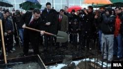 Премиерот Груевски поставува камен темелник на спортска сала во Василево.