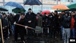 Премиерот Никола Груевски поставува камен темелник на спортска сала во Василево