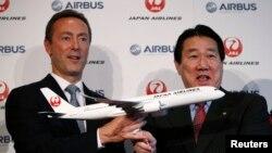 Исполнительный директор Airbus Фабрис Брегье и президент Japan Airlines Иосихару Уэки на пресс-конференции в Токио, 7 октября 2013 года