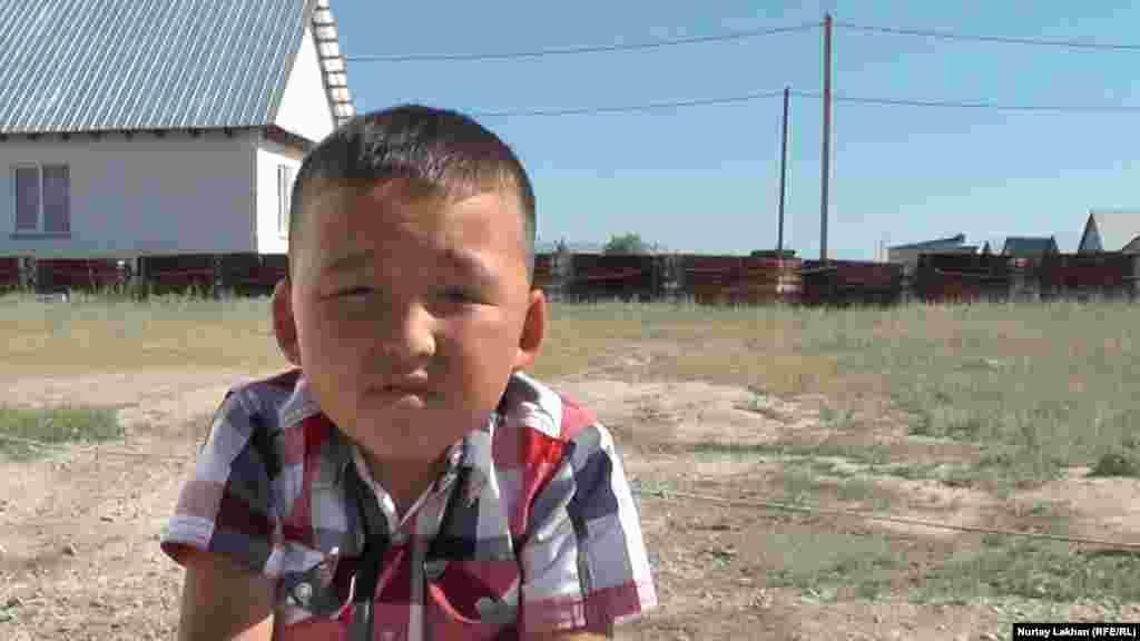 Нурсултан – единственный ребенок в семье. Мальчик говорит, что, когда у него появляется свободное время, он старается пойти в дом бабушки.