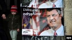 Priština, izborni plakati DPK sa likom Hašima Tačija