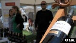 Фестиваль молодого вина традиционно проводится в тбилисском Этнографическом музее под открытым небом. В установленных между традиционных домиков из разных уголков Грузии шатрах можно было отведать вино или бренди грузинских производителей