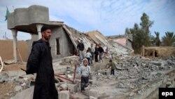 Ирак әскері мен ИМ арасындағы қарулы қақтығыстан соң үйінің орнына келіп қарап тұрған ирактық түркімен. Тикрит. 3 желтоқсан, 2014 жыл.
