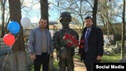 Директор парку Віктор Жиленко та екс-мер Бахчисарая Костянтин Рубаненко на відкритті скульптури