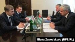 В первые минуты протокольной съемки Хаджимба и Сурков обменялись приветствиями. Сурков сказал, что Россия заинтересована в стабильности в Абхазии и в выполнении инвестиционной программы