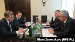 На встрече Рауля Хаджимба и Владислава Суркова 18 июля 2016 года присутствовал и Беслан Барциц