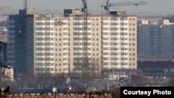 Новый 12-этажный дом «Шапагат», построенный на месте снесенного аварийного жилого комплекса «Бесоба». Караганда, 23 января 2014 год.