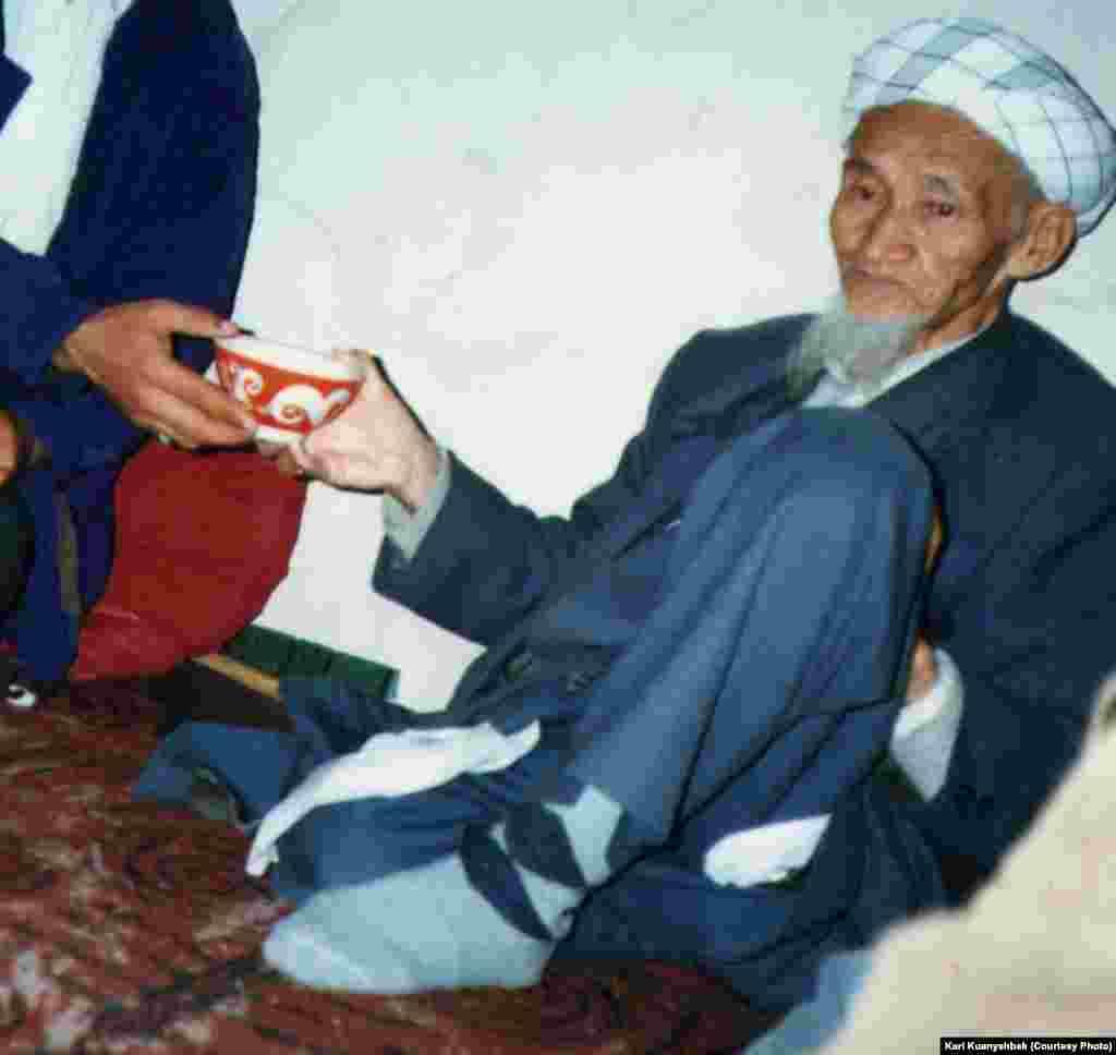 Имам неке оқып, неке суын ұстап отыр. Иран, Бәндар Түркімен қаласы. 1998.
