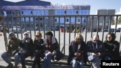 Վրաստան -- Համակիրները նստել են «Ռուսթավի 2»-ի շենքի դիմաց, արխիվ