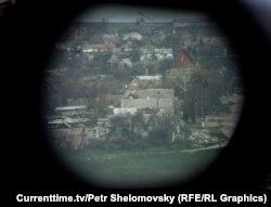 За несколько часов до начала боя бойцы «Азова» зашли в поселок и вывесили два флага — украинский и грузинский, над одним из домов. Позже один из командиров группы — грузин Георгий Джанелидзе — был убит в ходе перестрелки.