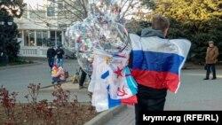 Торговец флажками и воздушными шариками на Приморском бульваре, Севастополь