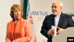 EU foreign-policy chief Catherine Ashton (left) and Iranian Foreign Minister Mohammad Javad Zarif hold a press conference in Vienna on April 9.