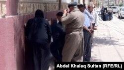 مواطنون يدققون أسماءهم ومراكزهم اللإنتخابية في دهوك