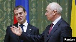 Ukrainian Prime Minister Mykola Azarov (right) with his Russian counterpart Dmitry Medvedev (file photo)
