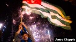 Эта дата в истории Абхазии связана не только и даже не столько с утверждением государственного флага. Заседание сессии Верховного Совета Абхазии 23 июля 1992 года стало одним из ее поворотных и, как тогда часто говорили, судьбоносных моментов
