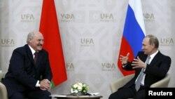 Аляксандар Лукашэнка (зьлева) і Ўладзімер Пуцін