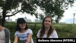 """Волонтер Сабина Исмаилова (слева) и психолог Анастасия Шендрик работают с детьми в центре """"КИТ"""". Астана, июнь 2018 года."""