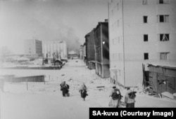 Soldați finlandezi în retragere prin Vyborg