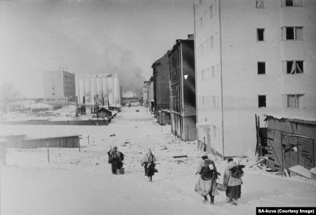 Finnish fighters retreating through Vyborg.