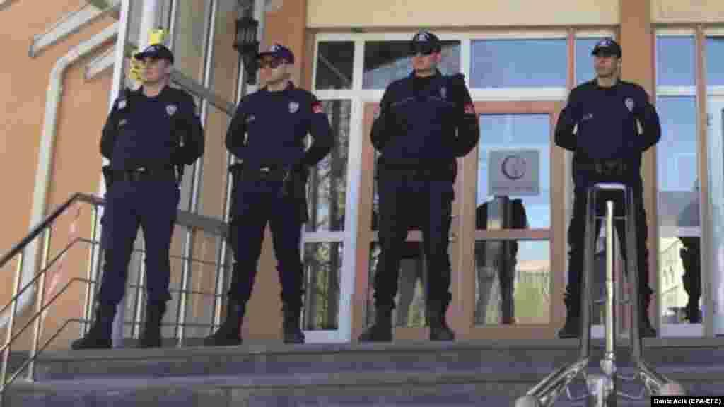 ТУРЦИЈА - Турската полиција почнала координирана низа акции за апсење на над 300 припадници на армијата, кои се осомничени членови на групата ФЕТО на Фетула Ѓулен, за кој турскиот претседател Реџеп Тајип Ердоган тврди дека е организаторот на неуспешниот државен удар од 2016 година.