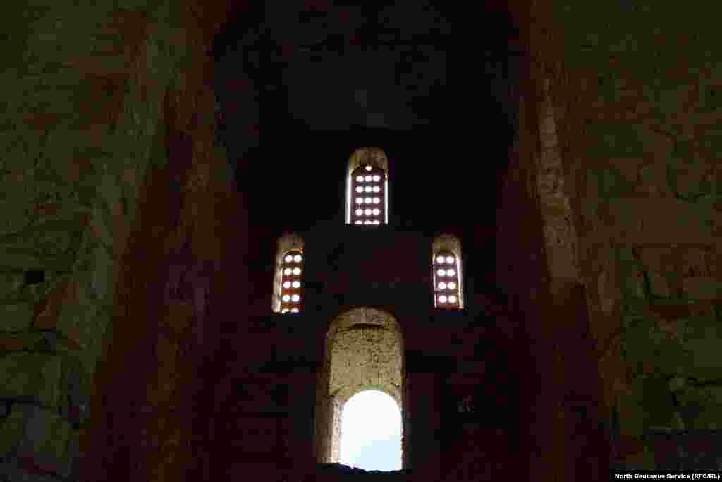 Из окон храма можно лицезреть горы